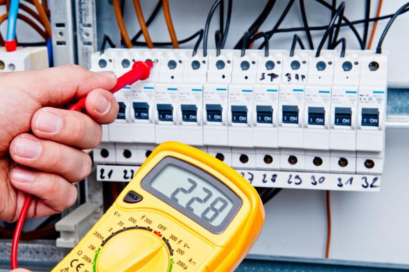 Digitales Messgerät an Sicherungskasten #bn